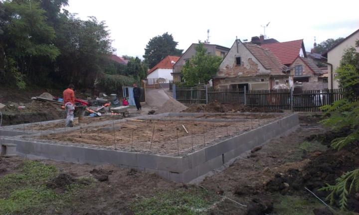 Nova 77 - 4. deň - zistili sme, že dom je ,,utopený,, a musíme ešte jednu vrstvu strateného bednenia prihodiť :-( Máme časovú rezervu takže ten deň navyše nám nevadí :-)