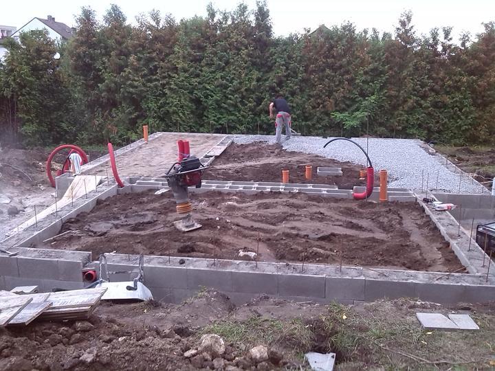 Nova 77 - 8. deň - pokračujeme a finišujeme, o jednu radu sme to zdvihli, ležatá kanalizácia je hotová a zakrývame