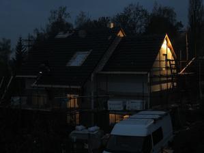 3. deň montáže zhrniem asi takto: strechááááá :-) konečne sme pod strechou- za dažďa a po tme ale dokončená, vsadený komín, odpady, voda, podhľady zo sádrokartónu, namontované rádiatory, podbitie