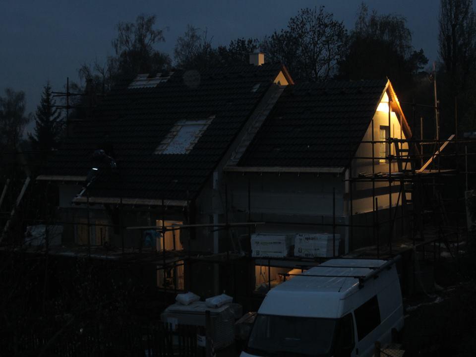 Nova 77 - 3. deň montáže zhrniem asi takto: strechááááá :-) konečne sme pod strechou- za dažďa a po tme ale dokončená, vsadený komín, odpady, voda, podhľady zo sádrokartónu, namontované rádiatory, podbitie