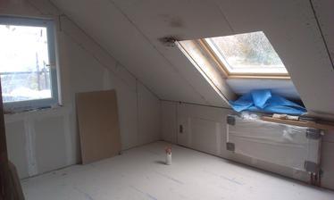 4. deň - začali sa robiť podlahy, máme strešné okná, dokončujú sadroše - stále sa maká a maká (budúca detská izba)