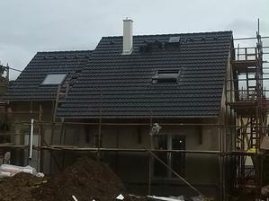 strecha a strešné okná sú hotové,pripravujeme sa na fasádu