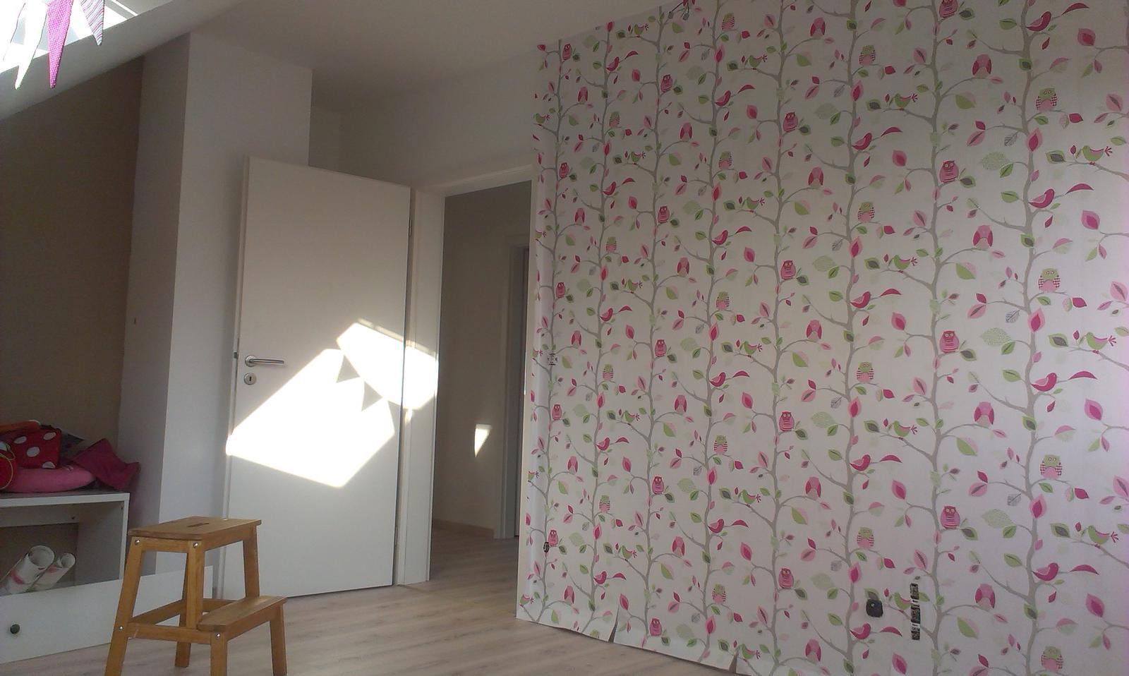 Nova 77 - Sovičková tapeta v detskej izbe - ešte ju musíme orezať
