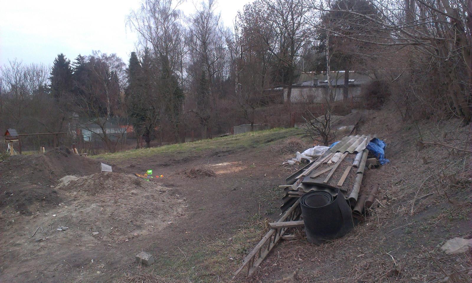 Záhrada - to bude zmena keď bude zarovnaný pozemok, tráva a kvety :-)