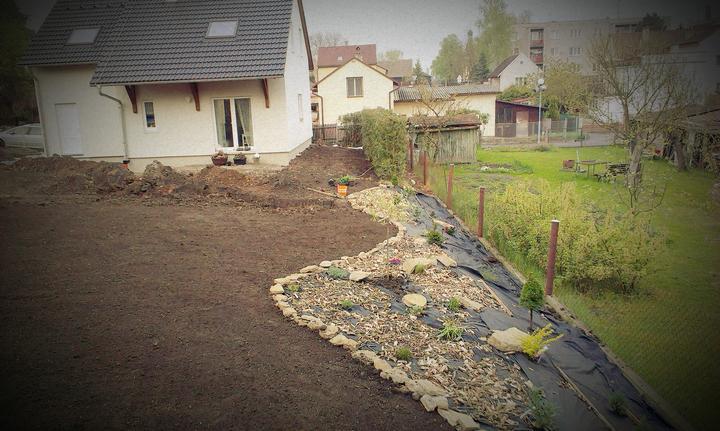 Príprava na trávnik. Už sa to u nás začína podobať na záhradu