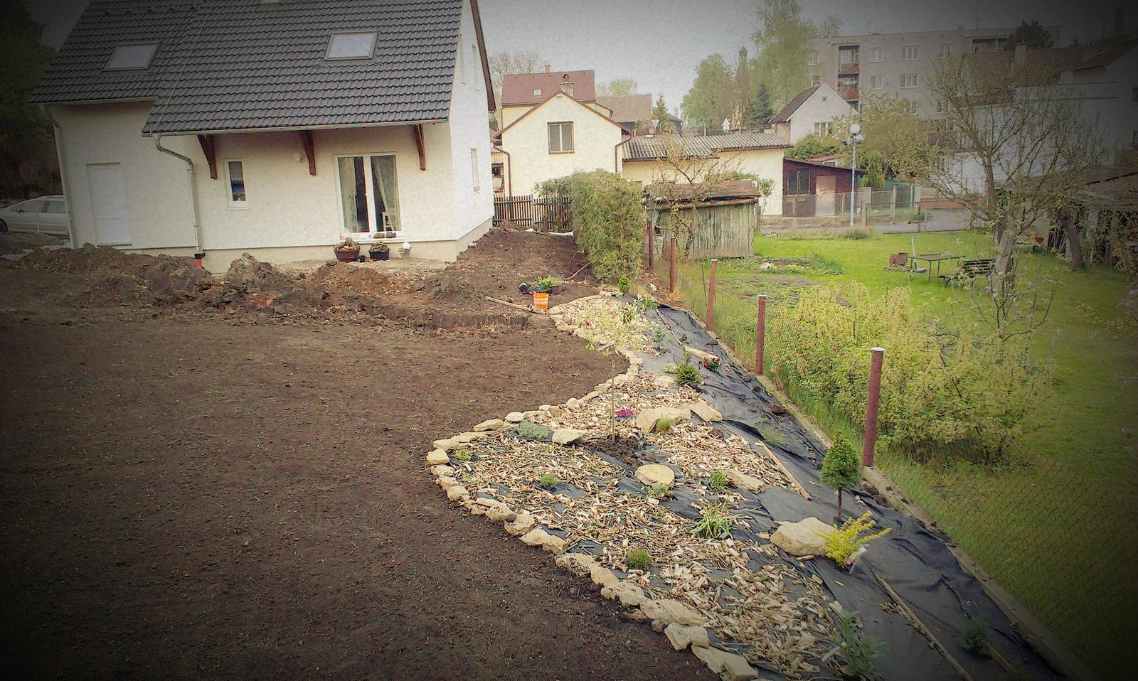 Záhrada - príprava na trávnik. Už sa to u nás začína podobať na záhradu