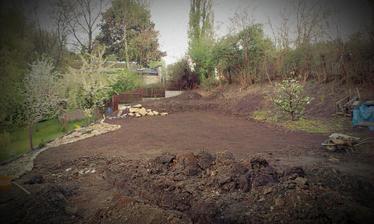 priprava na travu - vyhrabavanie, zber kamenov a vsetkeho bordelu na zahrade