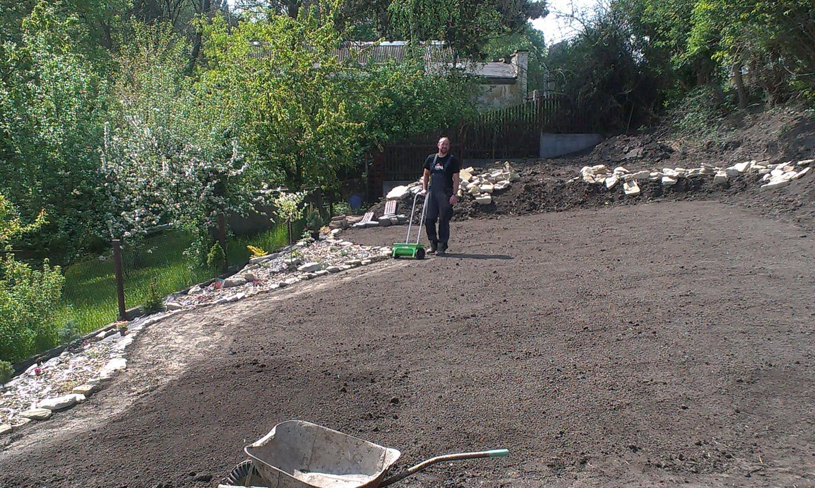 Záhrada - trááávnik - sejeme konečne!