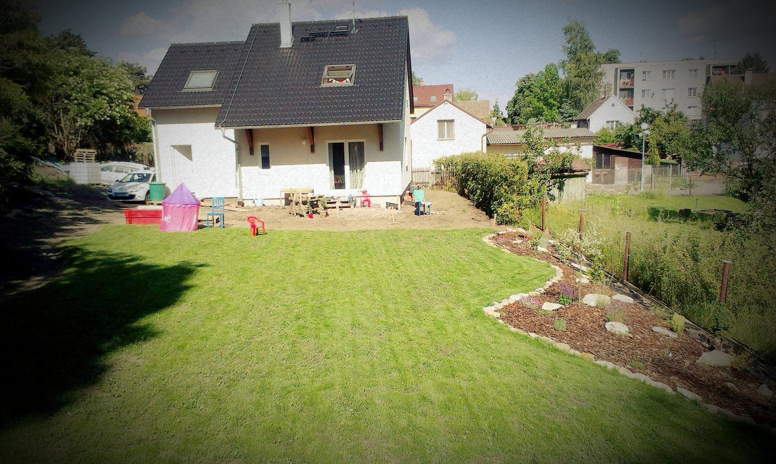 Záhrada - trávnik dostal krátky zostrih - sme optimisti ktorých sekanie zatiaľ baví