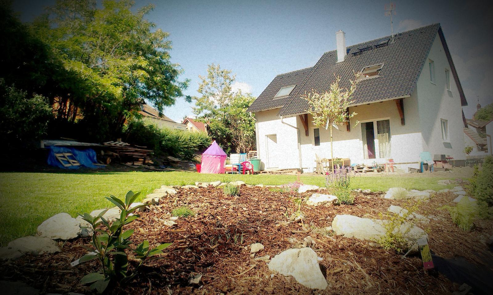 Záhrada - ja viem, zas fotím ten trávnik ale keď mi sa ho nevieme nabažiť....panelákove deti v dome :-)))