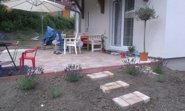 začíname dávať dokopy záhradný nábytok