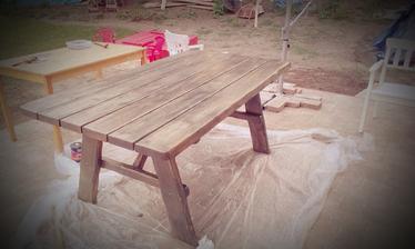 jupííí, stol dorazil, už ho natierame. Mal byť šedo-hnedý a je šedo-zelený. Tvrdia, že nemiešali farbu dobre... takže asi nesedí so vzorkovníkom ale snaď si zvykeneme :-)