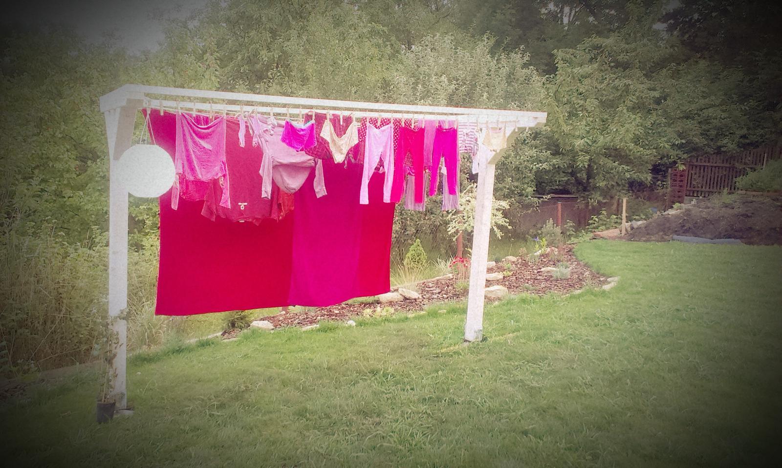 Záhrada - zaťažkávacia skúška dopadla dobre - 5kg práčka sa už suší