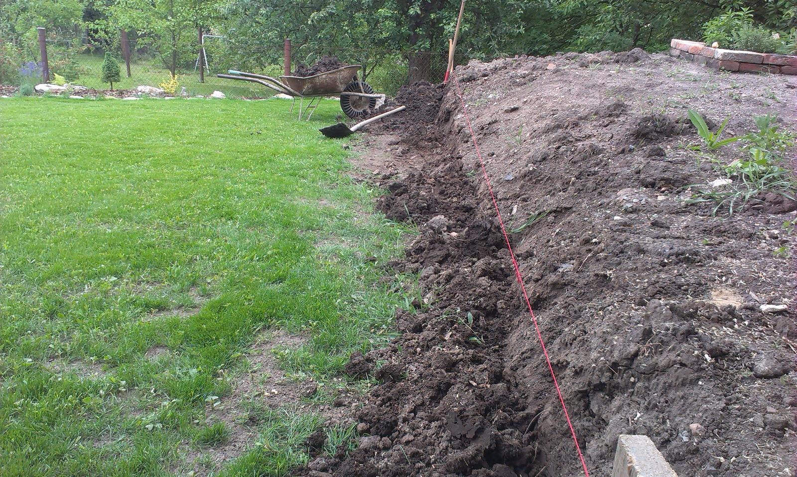 Záhrada - Začíname opěrnú zídku - rúčo výkop základov... uf ale som si mákla