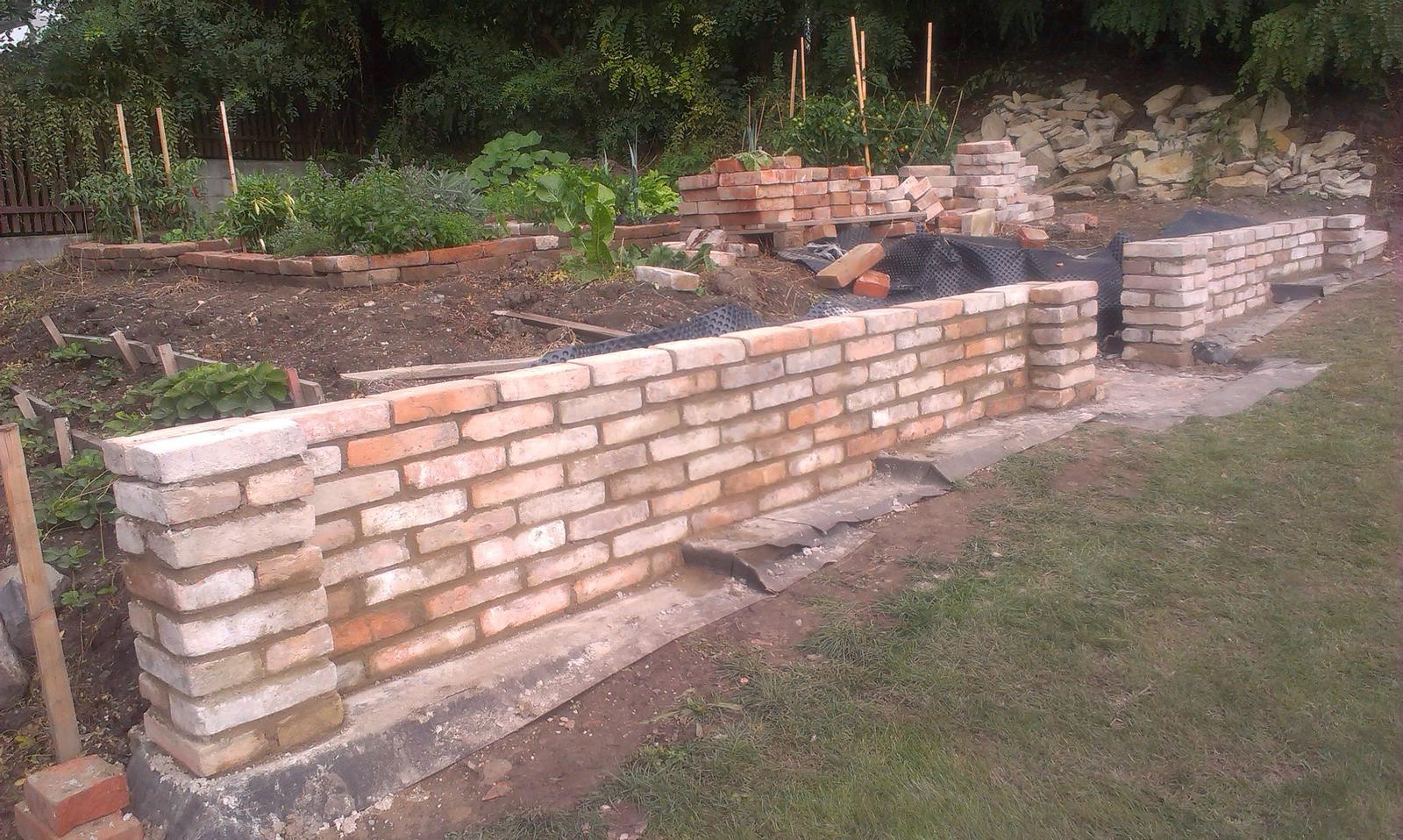 Záhrada - konečne sme prešli do zaujímavejšej časti našej zídky - budujeme :-)