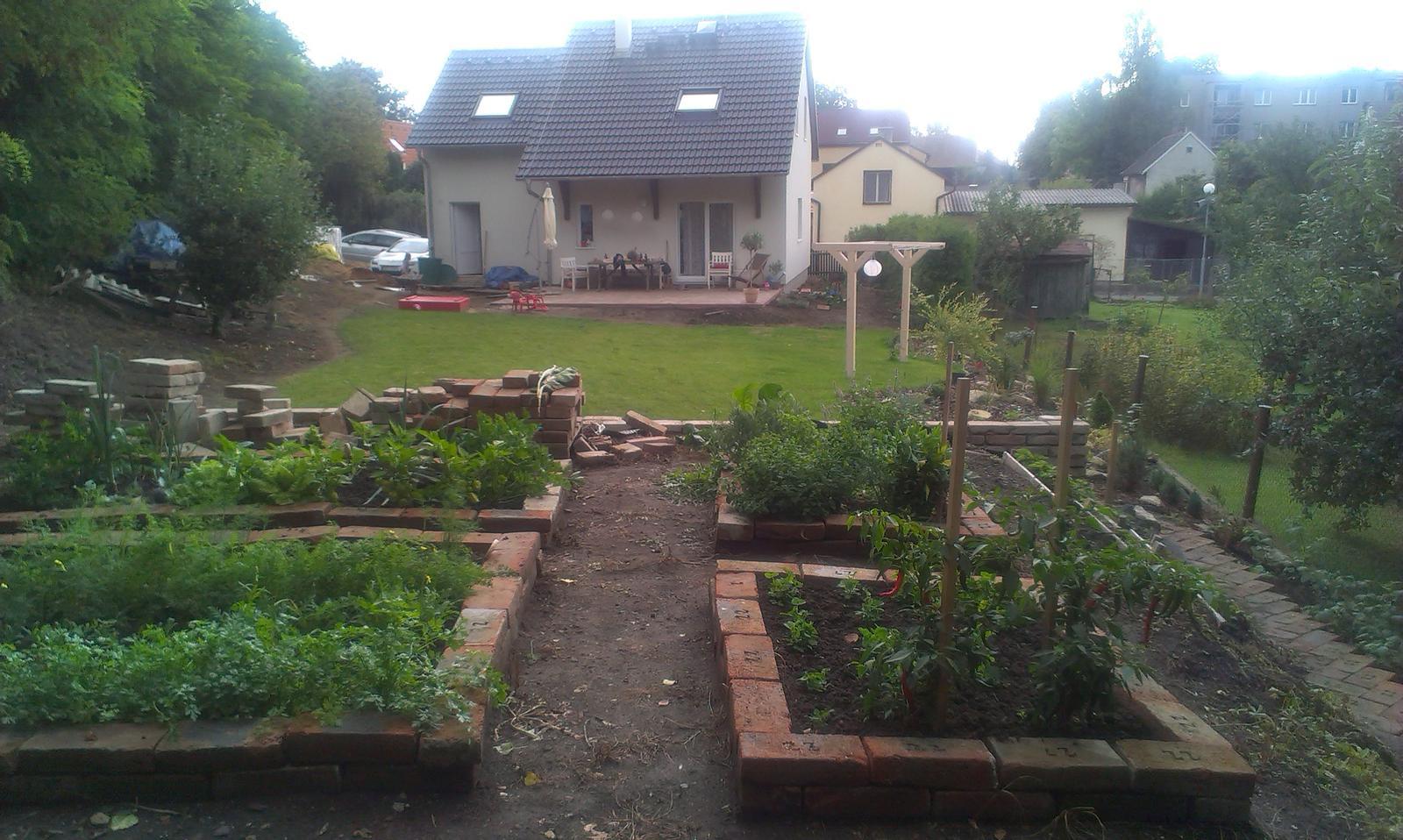 Záhrada - ešte jedna záhradná foto - nech datujem zmeny za posledné 3 mesiace :-)