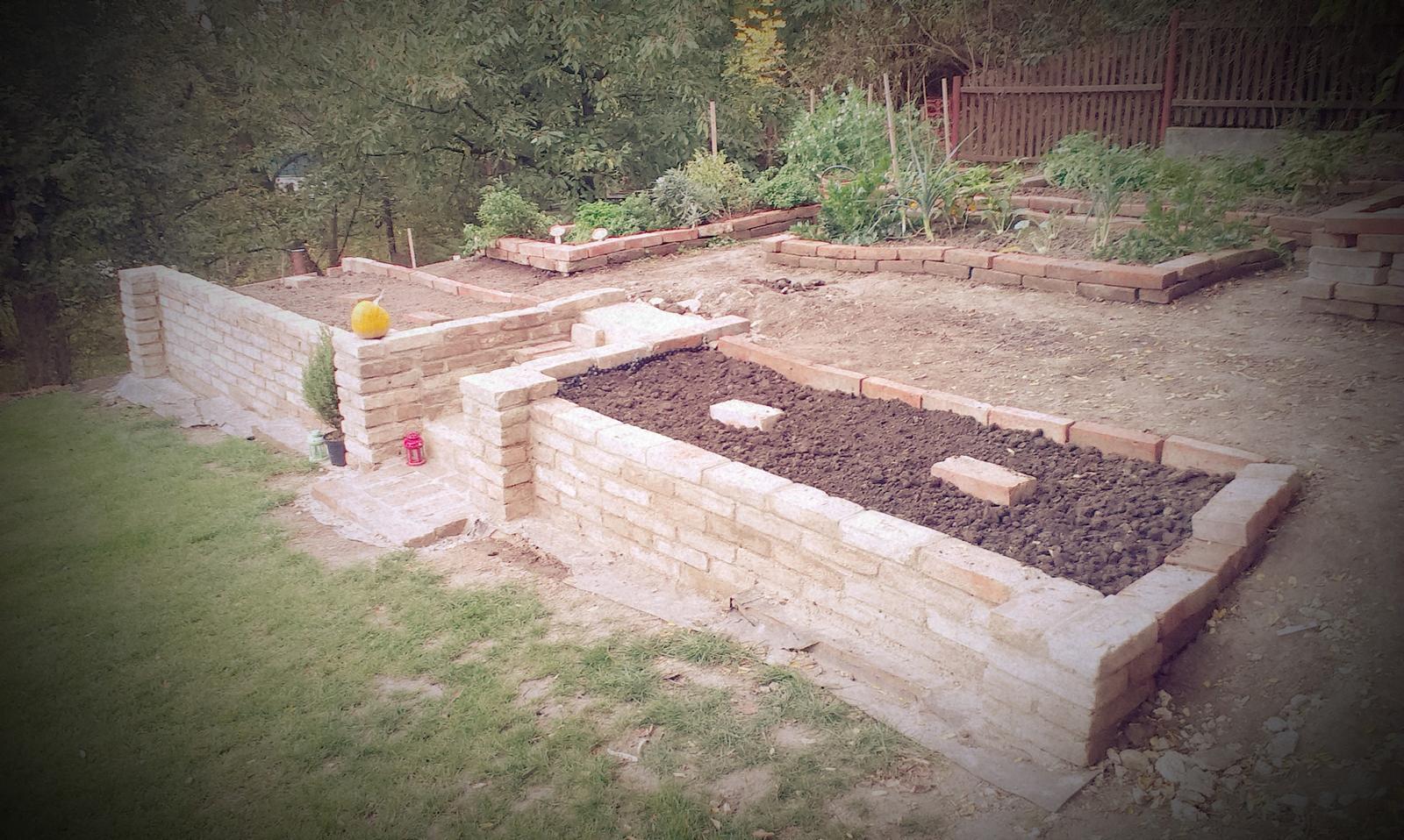 Záhrada - záhony dokončené, osadené a už sa teším na jarnú premiéru cibuľovín