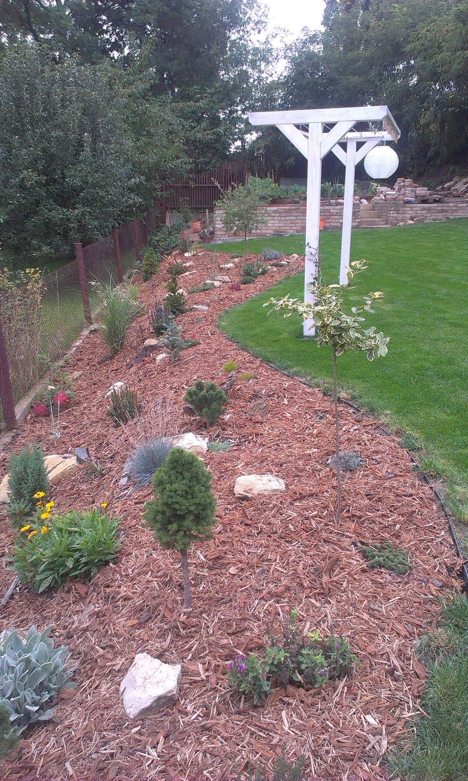 Záhrada - podarilo sa mi zohnať za výborne peniaze kůru takže 200kg zahučalo do skalky ako nič...