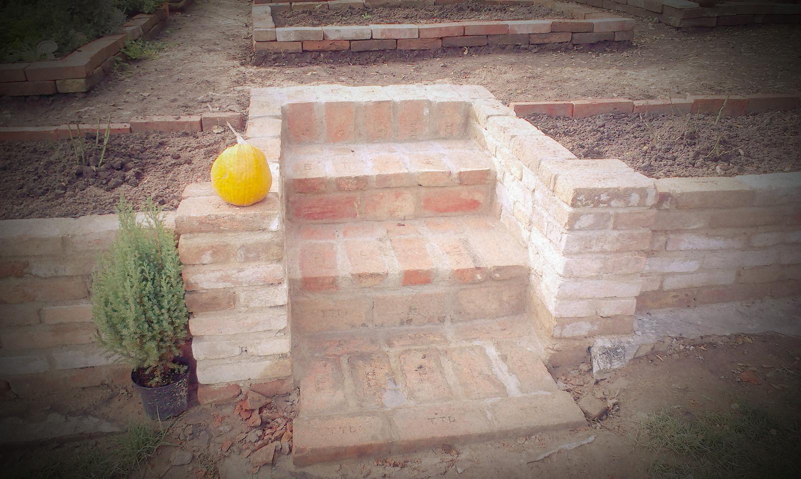 Záhrada - schody sú dokončené! Háleluja... :-)