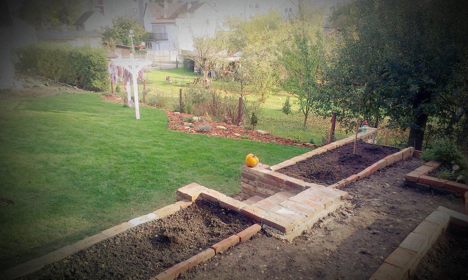 Záhrada - začal predaj ruží a stromkov v Mceloch tak sme nabehli a nakupovali a nakupovali a nakupovali.... :-))