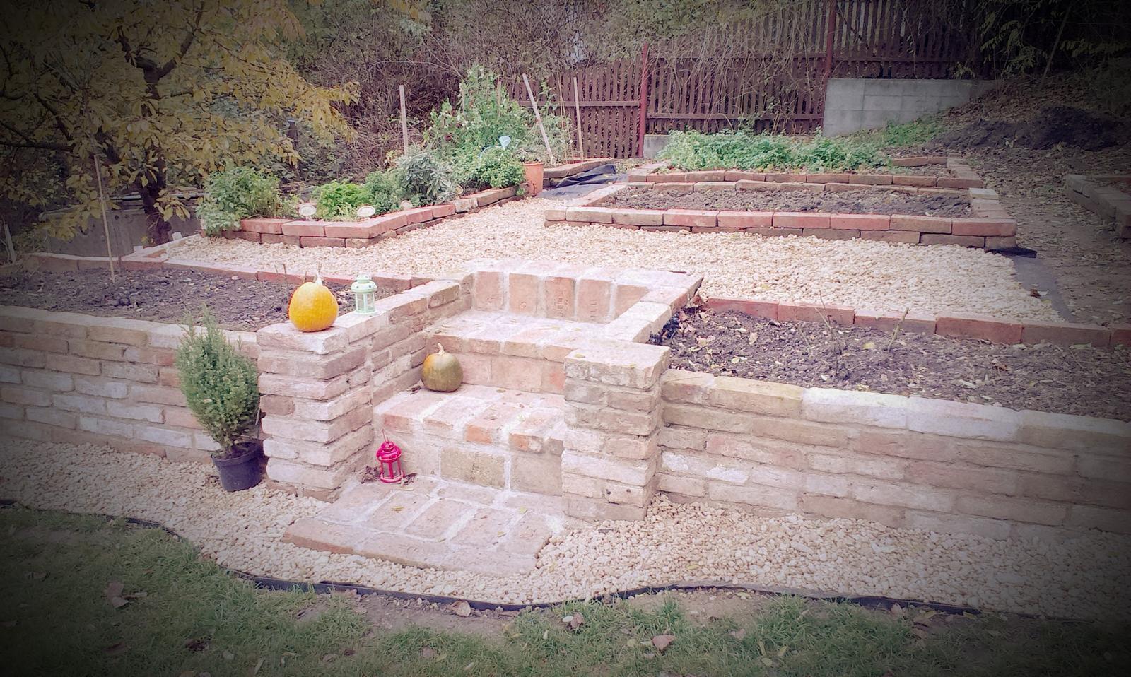 Záhrada - Posledné práce tento rok (často dokončované až za tmy) - zasypávanie chodníkov kačírkom. Nebude sa dať zasypať všetko lebo sa ešte bude vzadu stavať ale niekde sa začať musí