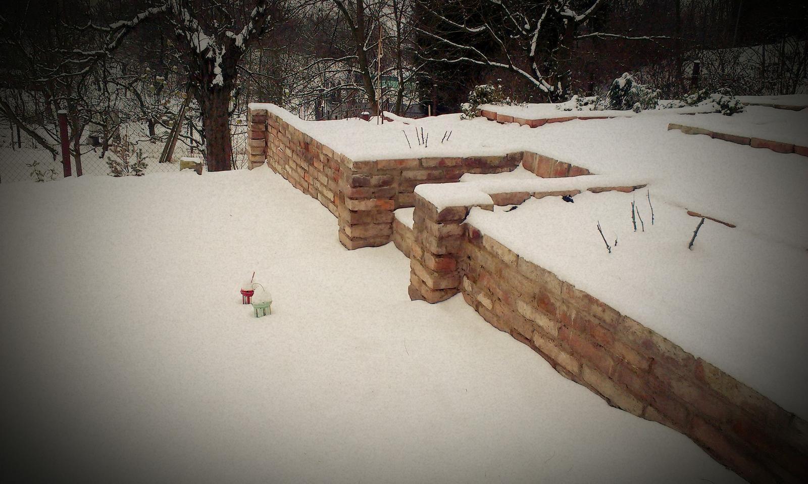 Záhrada - ešte, že sme narýchlo stihli zídku naimpregnovať pred mrazmi a snežením. Tak len dúfam, že to bude fungovať a nerozpadne sa nám po prvej zime.. :-(