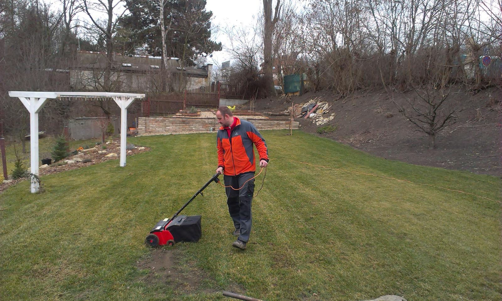 Záhrada - jarná údržba trávniku v plnom prúde