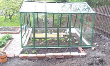 Neplánovane vytvorený záhon pri skleníku. Myslela som povodne, že to vysypem štrkom až ku skleníku ale ako poistka aby nám Adélka pri detských hrách nepreletela sklom to takto bude lepšie. Už aspon viem kam zasadím cuketu a hokaido :-)