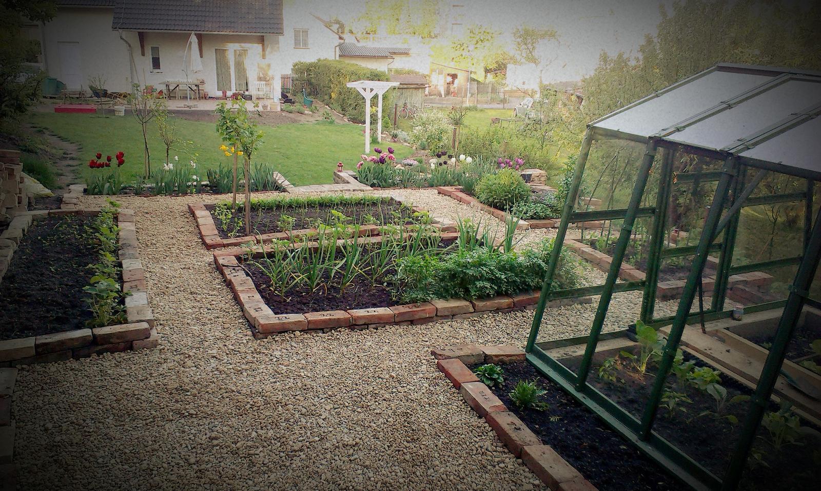 Záhrada - Zas sme mali pracovný ,,voľný,, piatok :-))  Dosypala som posledné chodníky a zatiaľ finiš v úžitkovej záhrade, teraz sú iné priority. Ale spokojnosť samozrejme s výsledkom je :-)