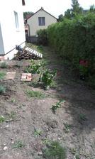 Skultúrňujeme bok domu - toto bol povodný stav - manželové křeny :-)