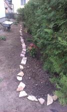 Na jeseň som vysadila kvety - hortenzie, pivoňky, kosatce. Provizórna obruba aby kvety prežili bez újmy hry našej dcérky.