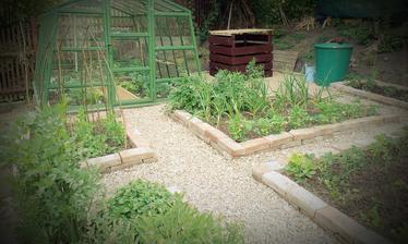 Kompost dostal ,,strechu,, a náter aby bol inkognito na záhrade :-)