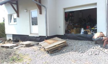 pred garážou sa už tiež maká, navyšovanie terénu