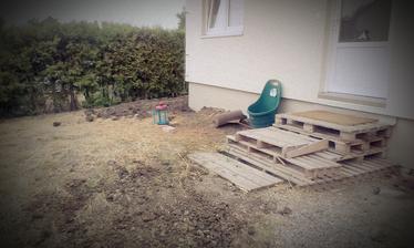 Povodný stav pred domom, v pláne sú do konca roku schody a zídka tak držte place!!! Aj keď palety sú teraz v móde :-)