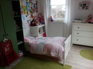Trošku sme izbičku prestavali - presúvame postel tak som zvedavá ako si na ňu naša malá zvykne :-)