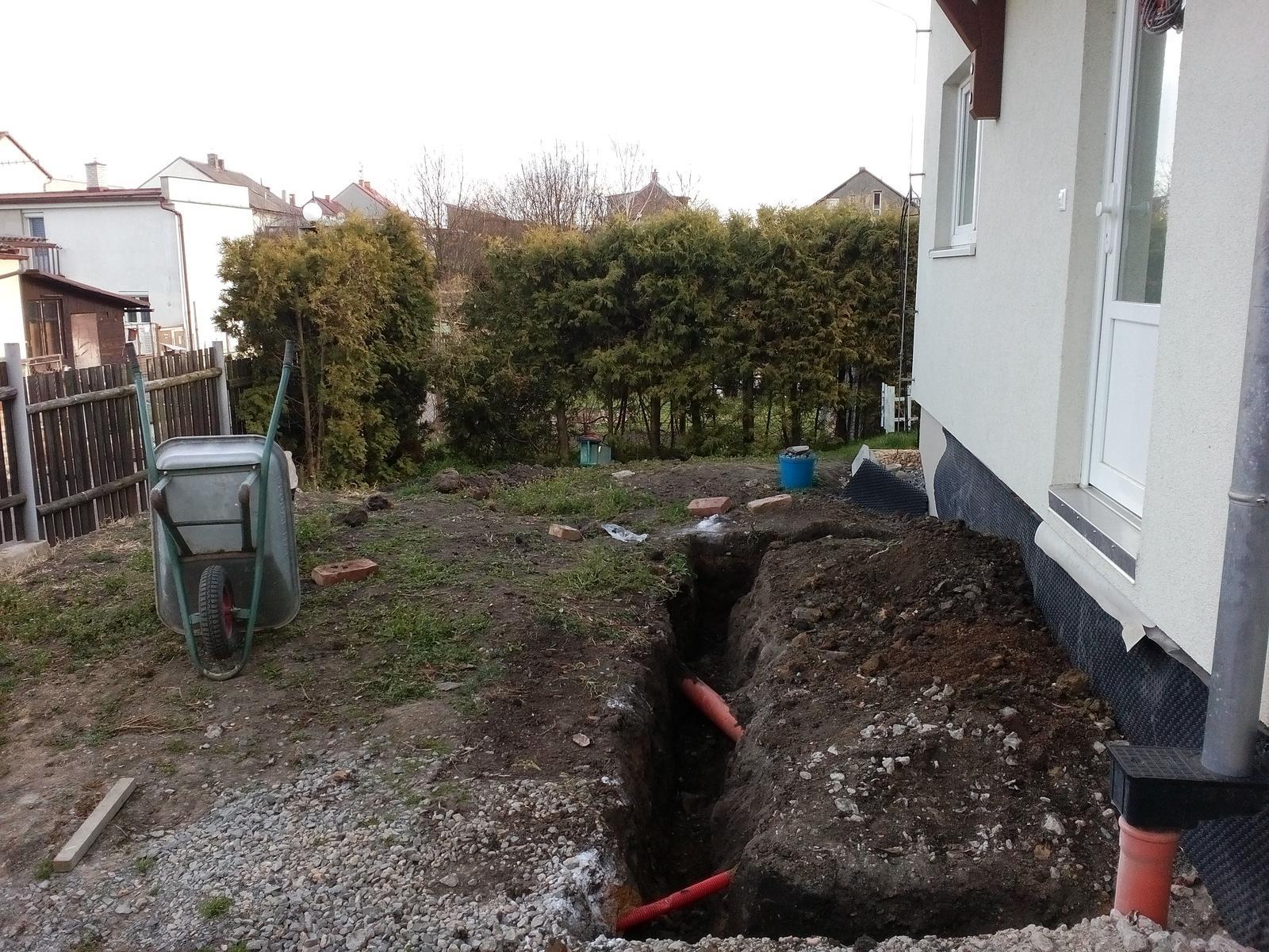 Schody do domu - projekt r.2016 - Prvý pracovný deň končí a základy skoro vykopané. To najhoršie je skoro za nami, ešte trošku sa pohrabeme v zemi a potom už može stavba rásť.
