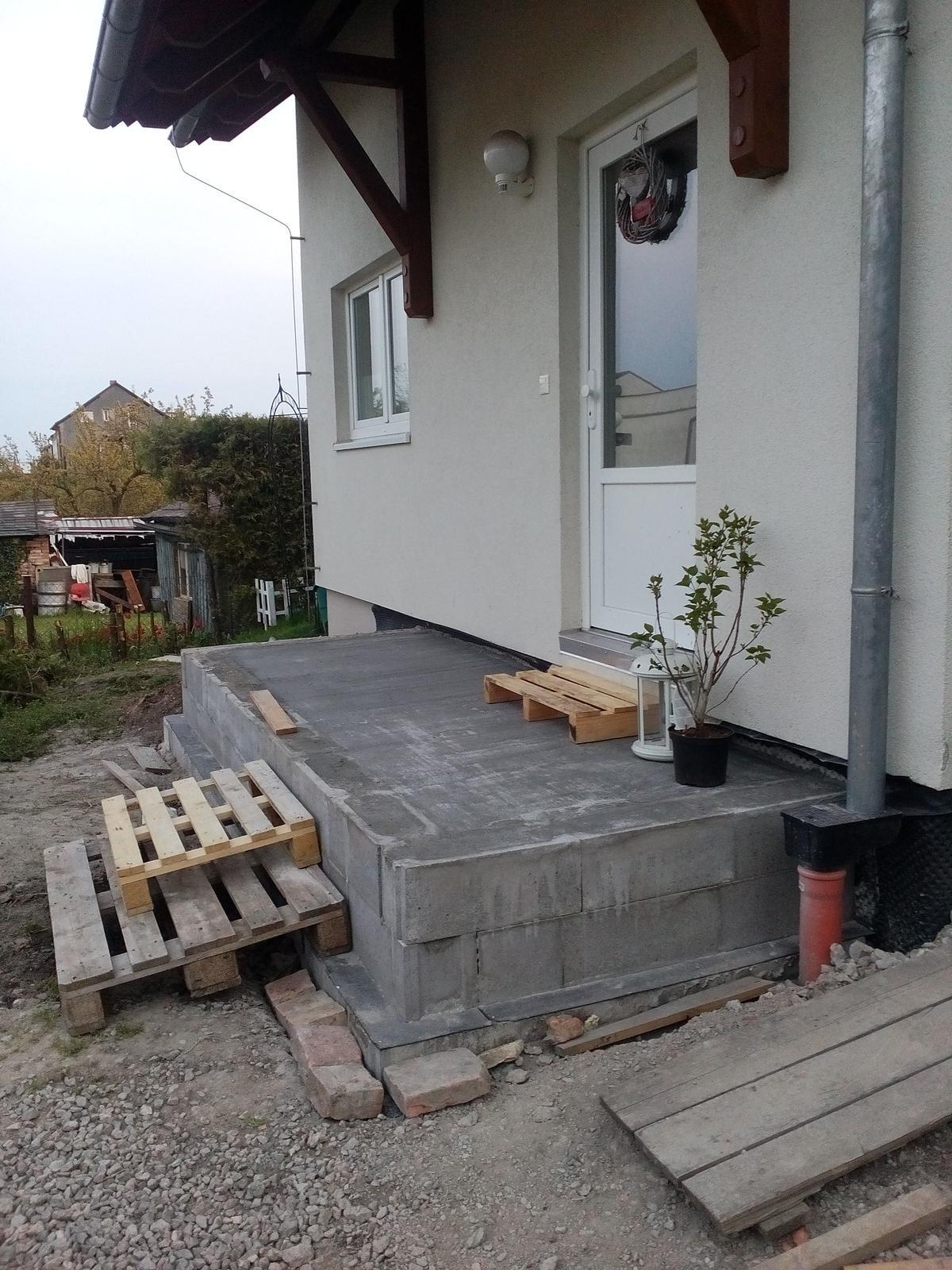 Schody do domu - projekt r.2016 - Konec prvej časti. Dlažba je v garáži, tehly objednané a stolár na zabradlie sa má zastavit zajtra takže máme nútený oddych.