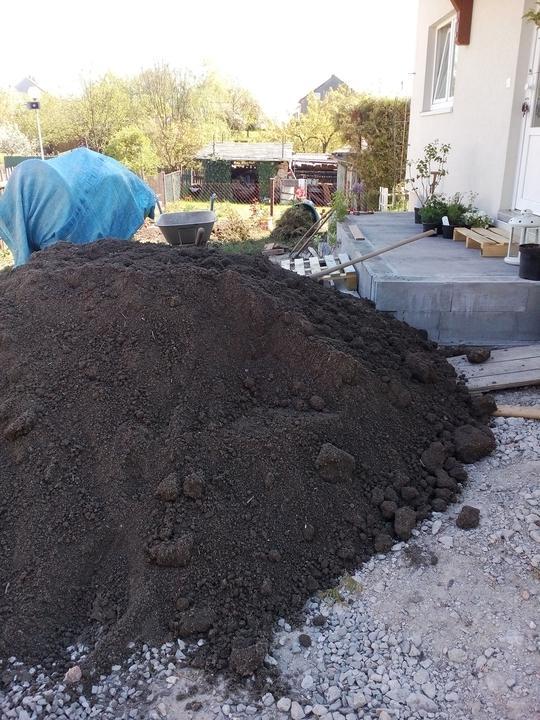 5 ton kvalitnej zeminy - tvarujeme terén (alebo skor dorovnávame)