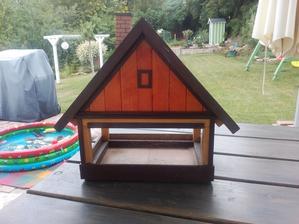 Sme dostali ako darček k domu aj vtáčiu búdku - pěkná ale... trošku som si ju upravila ;-)