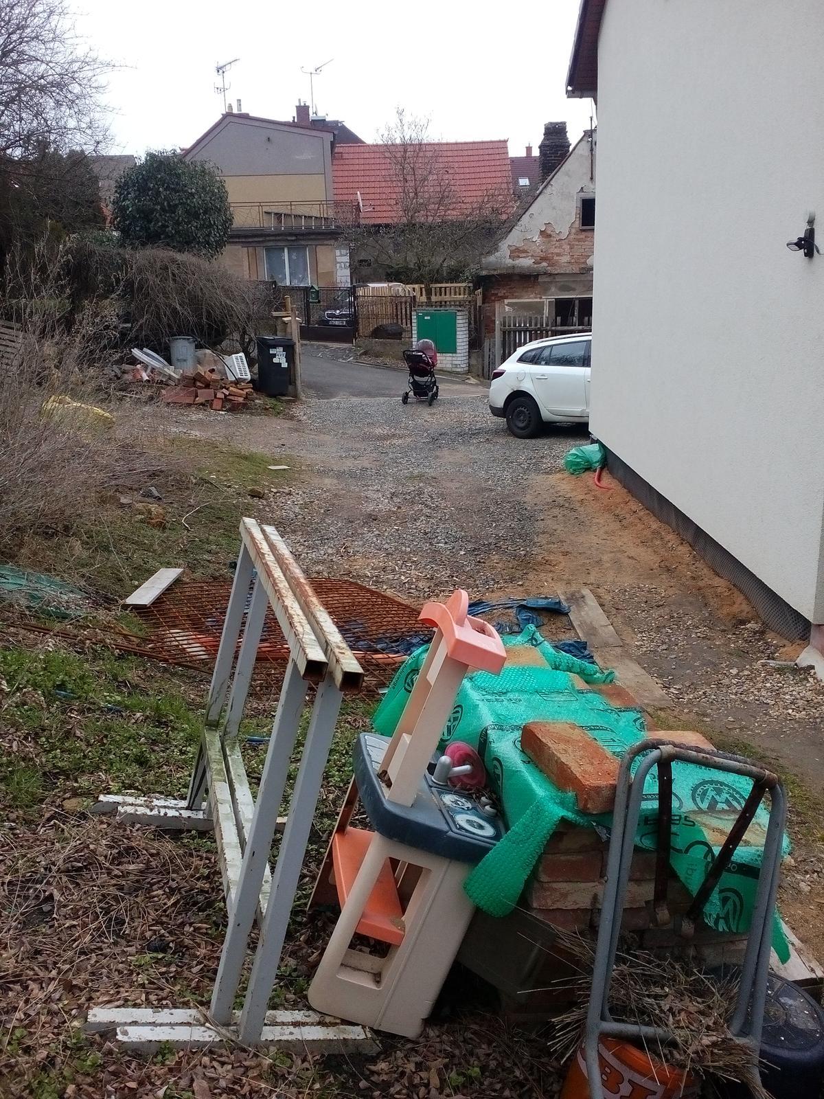 Garážové stánie - projekt r. 2017 - Z tejto fotky je jasné, že bod 1. bude upratovanie priestoru kým nabehne báger... :-/