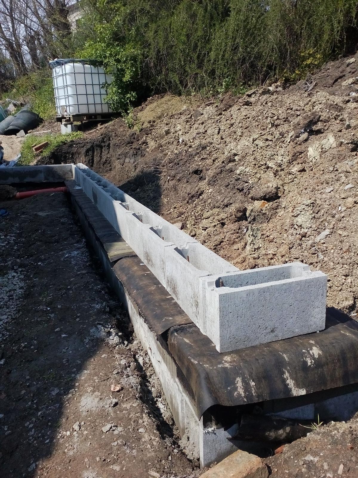 Garážové stánie - projekt r. 2017 - Body 5 a 6 hotové. Vyliate 2 vrstvy, natrené tekutým asfaltom, hydroizolacia a ideme stavať nad zemou. Prvá rada naskládaná