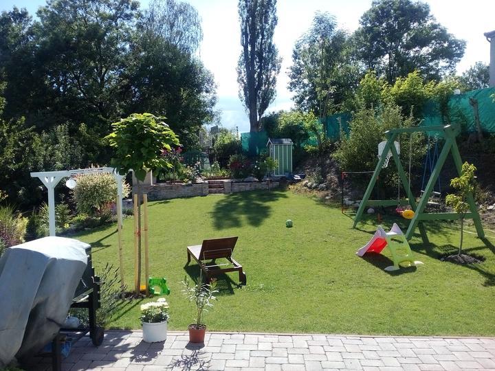 Letná záhrada, deti vládnu - hracie prvky a hračky sú uplne všade.