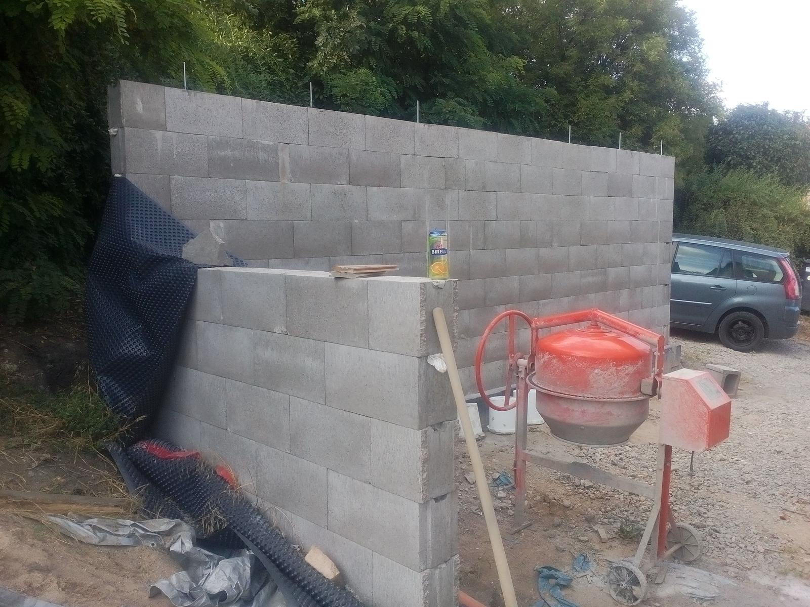 Garážové stánie - projekt r. 2017 - Stena hotová