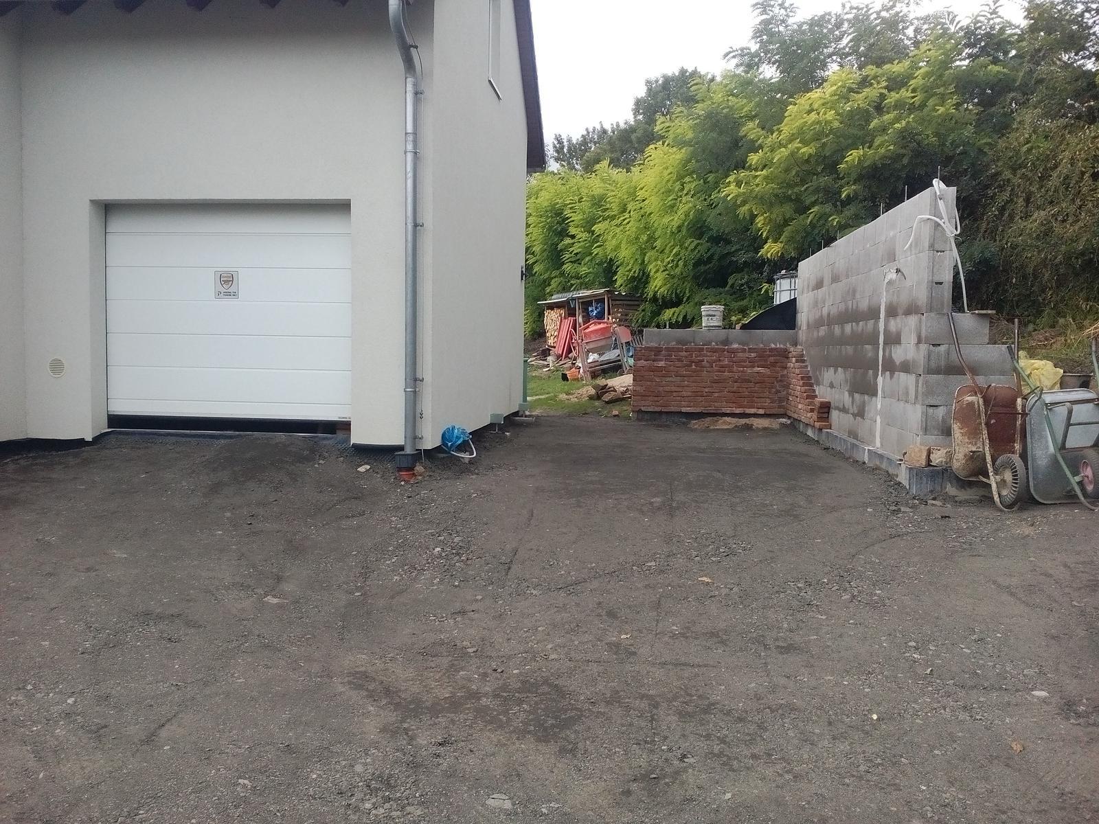 Garážové stánie - projekt r. 2017 - Dorovnávali sme terén. Už je aspoň zjednoteny. Ono sa to nezdá ale padlo 24 ton materiálu.