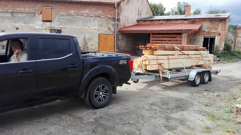 Garážové stánie - projekt r. 2017 - Tak na túto hromadu dreva sme čakali 10 týždňov! Konečne budeme pokračovať.... :-)