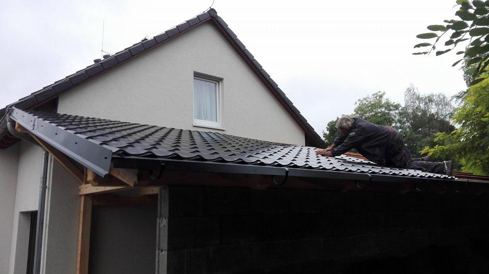 Garážové stánie - projekt r. 2017 - všetko ide ako po masle - skoro doslova, von mrholí a strecha pekne kĺže....