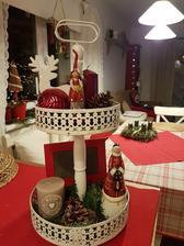 Už  posledná vianočná dekorácia. Ten etažér som kúpiť proste musela 😁