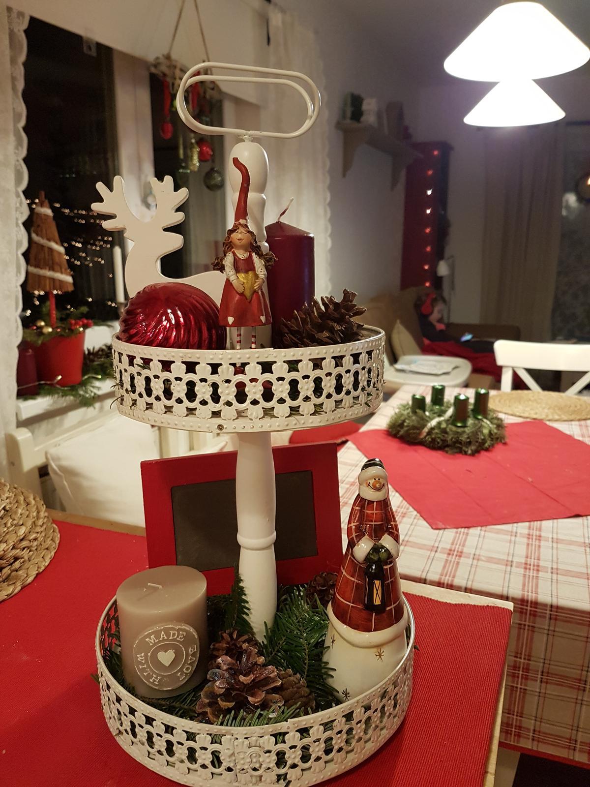 """Zariaďujem a ,,tuningujem"""" :-) - Už  posledná vianočná dekorácia. Ten etažér som kúpiť proste musela 😁"""