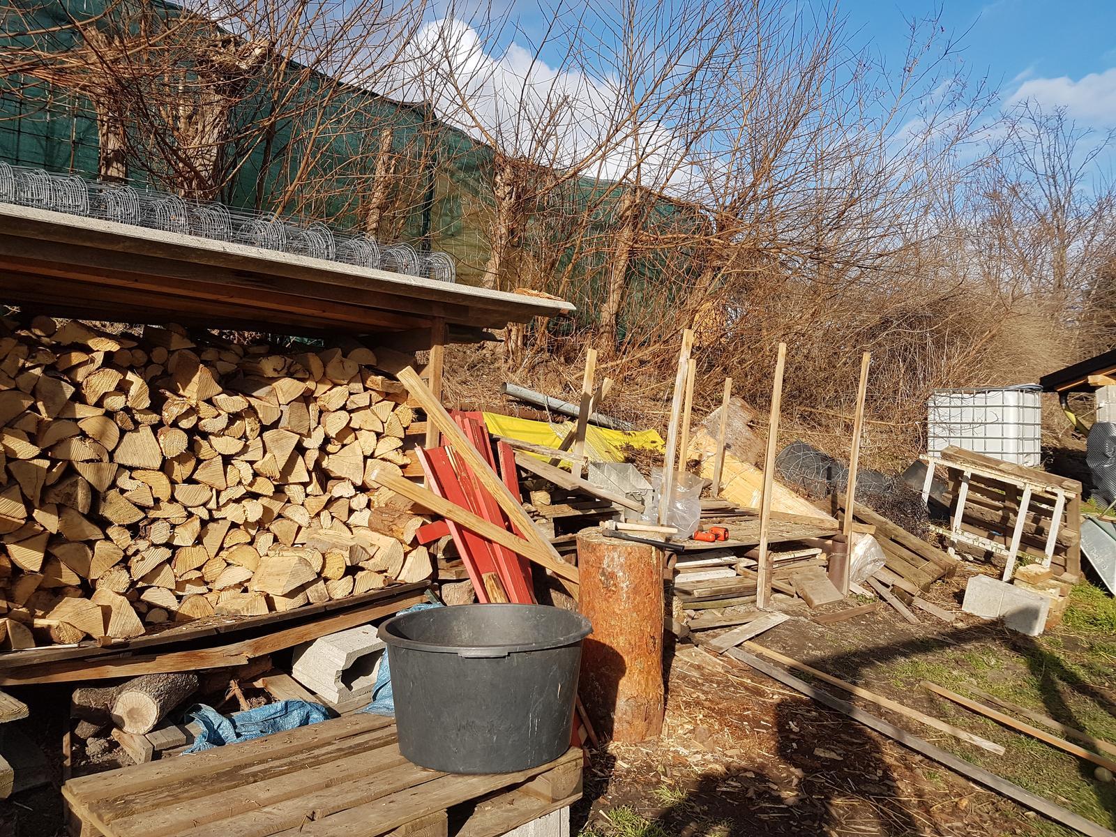 Drevník a kafé kútik - projekt roku  2018 - Povodny stav. Začíname 4.2 búraním starého aby sme ho ešte stihli spáliť