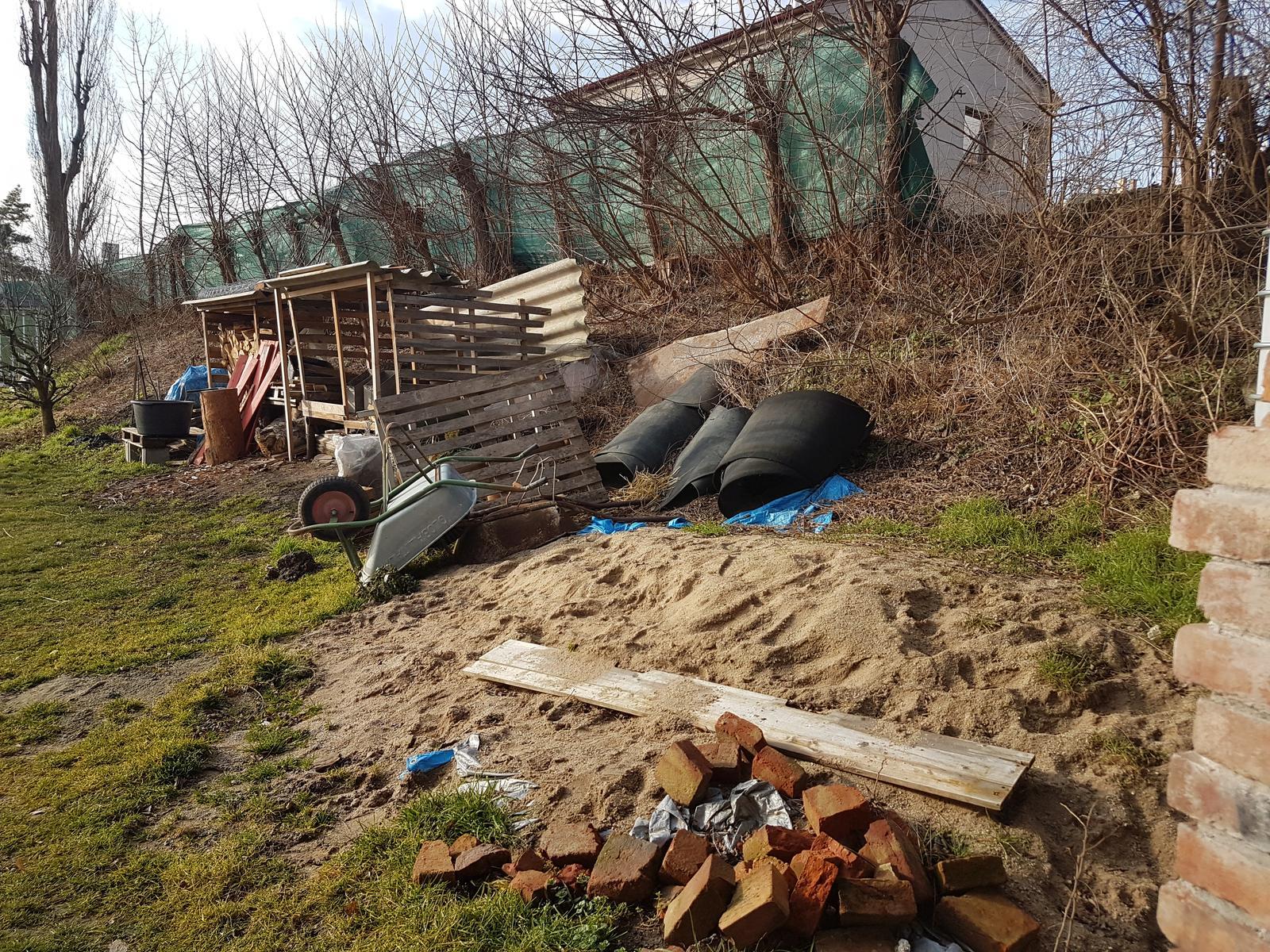 Drevník a kafé kútik - projekt roku  2018 - Drevniky zrušiť, prehádzať piesok, vyčistiť svah, vykolíkovať a rozmerať. Postup je jasny, ideme na to.